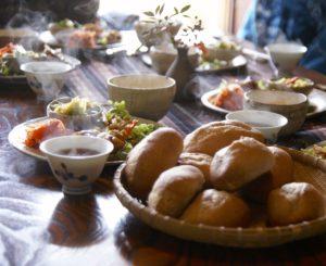 パンを盛り付けた食卓の写真